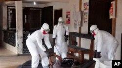 Para petugas medis mengangkut korban tewas akibat ebola di Monrovia, Liberia (foto: dok).