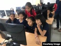 កុមារីទាំង៥នាក់ដែលបានបង្កើតកម្មវិធីសម្រាប់លក់ផលិតផលខ្មែរតាមទូរស័ព្ទឈ្មោះ Cambodia Identity Product កំពុងរៀននៅនៅសាលា Liger Learning Center។ (រូបថតផ្តល់ឲ្យដោយ Technovation Cambodia)