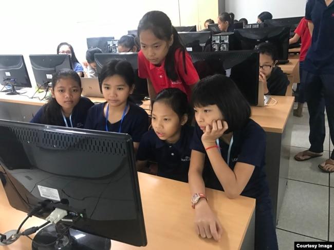 កុមារីទាំង៥នាក់ដែលបានបង្កើតកម្មវិធីសម្រាប់លក់ផលិតផលខ្មែរតាមទូរស័ព្ទឈ្មោះ Cambodia Identity Product កំពុងរៀននៅនៅសាលា Ligar Learning Center។ (រូបថតផ្តល់ឲ្យដោយ Technovation Cambodia)