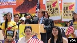 지난해 7월 '북한의 자유를 위한 미주한인교회연합( KCC)' 주최로 의회 서편 잔디밭에서 열린 북한 인권 행사에서 에드 로이스 미 하원 외교위원장이 연설하고 있다. (자료사진)