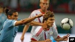 Martin Caceres, à gauche, en action avec Aleksandr Kokorin, à droite, lors d'un match amical entre la Russie et l'Uruguay, Moscou le 25 mai 2012. (AP Photo/Mikhail Metzel)