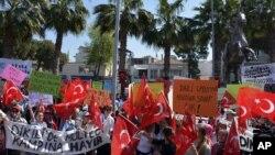 ترکی کے شہر ازمیر کے رہائشی نشہر میں پناہ گزینوں کا کیمپ بنانے کی تجویز کے خلاف مظاہرہ کر رہے ہیں۔