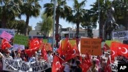 居民挥动国旗,反对为被拒绝的寻求避难者在土耳其迪基利设立登记处和难民营(2016年4月2日)