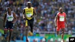 牙买加短跑选手博尔特(中)在奥运会男子100米短跑预赛中(2016年8月13日)