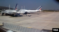 Air France planes are parked on the tarmac at Charles de Gaulle Airport in Roissy, near Paris.(Diaa Bekheet/VOA)