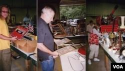 Max Bovis (kiri), John Raccuglia (tengah) dan Brooke Logan melihat-lihat barang-barang di acara Lelang di Crumpton, Maryland.