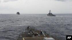 资料照片:在南中国海航行的美国军舰(2016年10月17号)