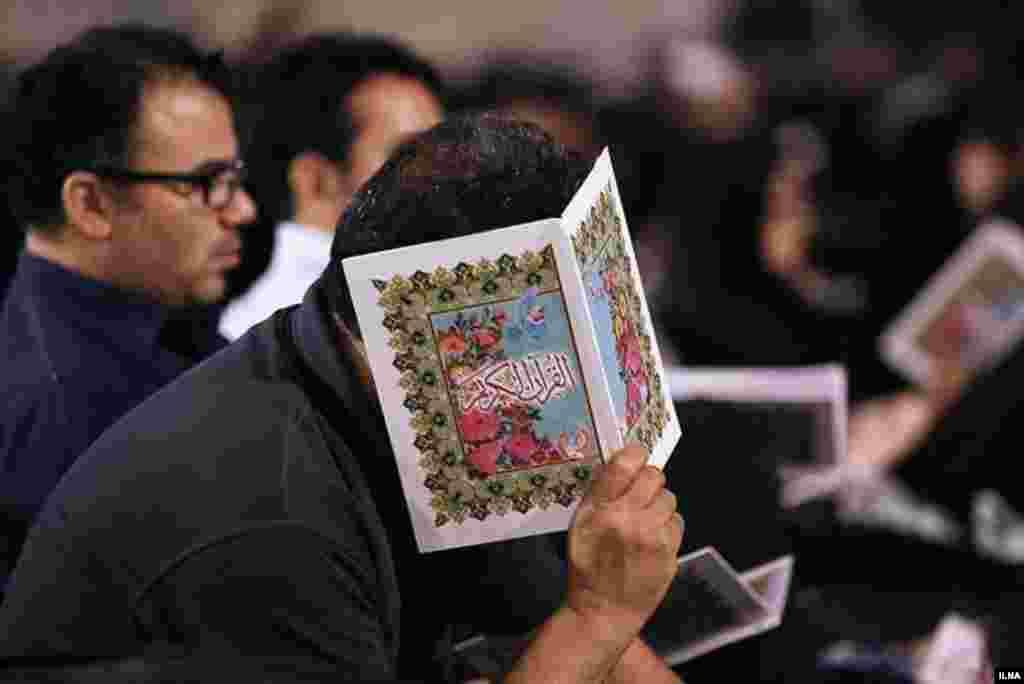 مراسم شبهای احیا در ایران. در مراسم شب های احیا، افراد قرآن بر سر می گذارند و دعا و نیایش می کنند. عکس: سحر سیفی