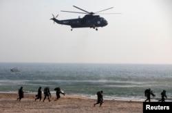 巴基斯坦军队在卡拉奇举行演习。(2013年3月5日)