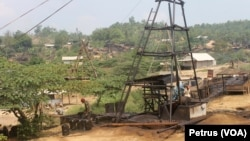 Pekerja mengisi solar dan minyak tanah ke jirigen hasil penambangan di sumur Wonocolo, Bojonegoro (Foto:VOA/Petrus Riski).