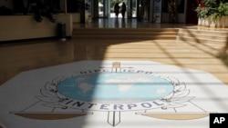国际刑警组织在法国里昂总部的徽标。(2010年7月5日)