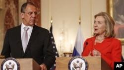 Menteri Luar Negeri Rusia, Sergei Lavrov (kiri) bersama Menlu AS Hillary Clinton dalam kunjungan Lavrov ke Washington (foto: dok)