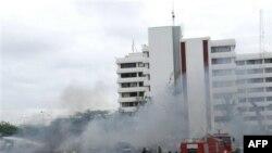 Nhân viên cứu hỏa Nigeria tại hiện trường sau vụ nổ tại bộ tư lệnh cảnh sát Nigeria ở thủ đô Abuja, ngày 16/6/2011