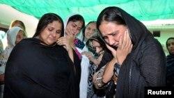 Keluarga pengacara Pakistan, Alm. Rashid Rehman bersedih atas kematian pengacara tersebut (8/5).