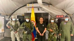 """Uno de los narcotraficantes más buscados del país, Dairo Antonio Úsuga, alias """"Otoniel"""", líder del cartel del Clan del Golfo, es presentado tras su captura a los medios de comunicación en una base militar. [Foto: Presidencia de Colombia]"""