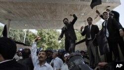 Իսլամաբադում դիվանագիտական թաղամասի մոտ կազմակերպված բողոքի ցույցի մասնակից իրավաբանները հակաամերիկյան կարգախոսներ են վանկարկում