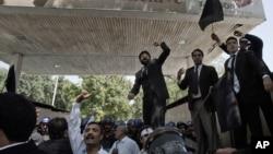 Warga Pakistan berunjuk rasa di area pemukiman para diplomat AS dan perwakilan negara asing di Islamabad (19/9). Kedubes AS di Pakistan mengudarakan iklan layanan masyarakat yang menunjukkan pemerintahan Presiden Obama mengutuk video anti-Islam yang menyulut protes umat Muslim di seluruh penjuru dunia.