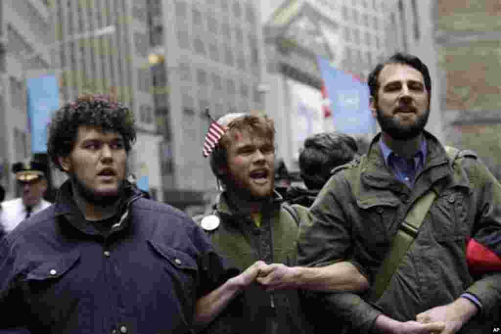 Пристигнаа од секаде: Вилијам Харкингс од Бостон (лево), Остин Роуз од Портланд (центар) и Матју Каргис од Њујорк (десно) маршираат заедно. (AP Photo/Mary Altaffer)