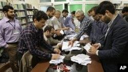 Petugas Pemilu menghitung surat suara yang masuk di salah satu TPS di Teheran, Iran (4/5).