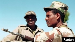 Dua tentara Eritrea berjaga-jaga di perbatasan dengan Ethiopia di atas Gunung Eigar. (Foto: Dok)