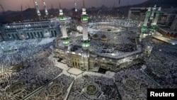 Jutaan ummat muslim melakukan ibadah Haji di Mekkah, Saudi Arabia tahun lalu (foto: dok). Islam diperkirakan akan menjadi agama dengan jumlah pemeluk terbesar di dunia setelah 2070.