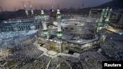 Người hành hương Hồi giáo cầu nguyện tại Grand Mosque trong cuộc hành hương Hajj hàng năm tới Thánh địa Mecca, Ả Rập Xê-út, ngày 27/9/2014.