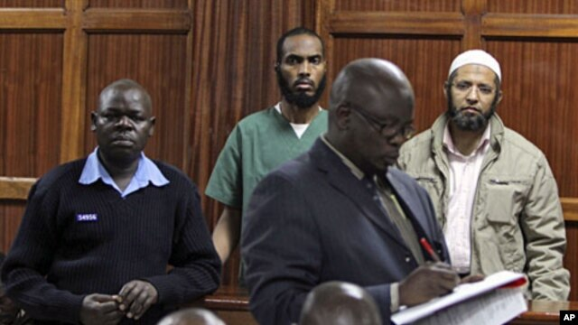 The two doctors, Adan Hassan Hilo (C) and Ali Omar Salim (R), arrested by the Anti-Terrorist-Police Unit (ATPU) appear before the Nairobi Chief Magistrate's court in Kenya October 21, 2011