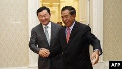 Cựu Thủ tướng Thái Lan Thaksin Shinawatra (trái) và Thủ tướng Campuchia Hunsen