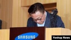삼성전자 무선사업부장 고동진 사장이 2일 서울 삼성본관에서 열린 갤럭시노트7 관련 긴급브리핑에서 고개숙여 인사하고 있다.