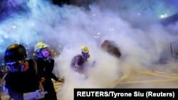 香港反引渡法案抗議者面對警方的催淚彈, 2019年8月4日。(路透社照片)