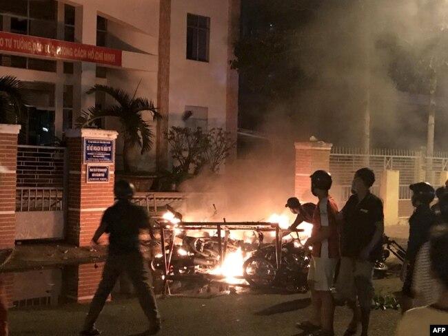 Người biểu tình đốt xe máy trước trụ sở Ủy ban Nhân dân tỉnh Bình Thuận hôm 10/6 để phản đối dự luật đặc khu kinh tế trong đó có điều khoản cho nhà đầu tư nước ngoài thuê đất 99 năm.