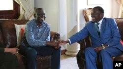 Perezida wa ZimbabweEmmerson Mnangagwa yicaranye n'umuyobozi w'ishyaka ritavuga rumwe n'ubutegetsi rya MDC, Morgan Tsvangirai, urwariye iwe mu rugo.