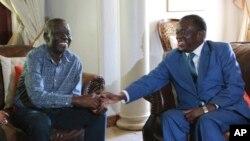 Shugaba Emmerson Mnangagwa, a dama, yana gaisawa da jagoran 'yan adawar kasar, Morgan Tsvangirai, a lokacin da ya ziyarci madugun a gidansa dake Harare, Jan. 5, 2018.