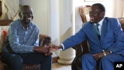 Zimbabwean President Emmerson Mnangagwa, talks to Morgan Tsvangirai, the main opposition leader in Zimbabwe. (Jan. 5, 2018.)