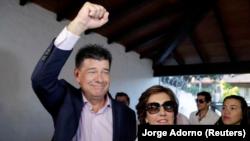 El candidato opositor a la presidencia de Paraguay, Efraín Alegre, saludando a su llegada a una reunión con medios de prensa en Asunción, abr 22, 2018. REUTERS/Jorge Adorno