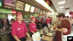 Moskvada McDonald's restoranı açılanda amerikalı korporativ nümayəndələr yerli işçilərə gülümsəməyin önəmini izah etməkdə çətinlik çəkirdilər.