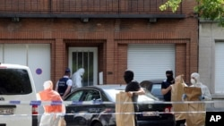 Polisi dan petugas forensik melakukan pencarian di rumah-rumah penduduk di distrik Molenbeek, Brussels, 21 Juni 2017.