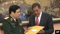 Bộ trưởng quốc phòng Việt Nam Phùng Quang Thanh trao cho ông Panetta những kỷ vật của binh sĩ Mỹ tử trận trong lúc đang thi hành nhiệm vụ ở Việt Nam