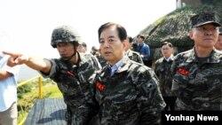 한민구 한국 국방장관이 14일 서해 최북단 백령도 해병 부대를 방문, 군 대비태세를 점검하고 있다.