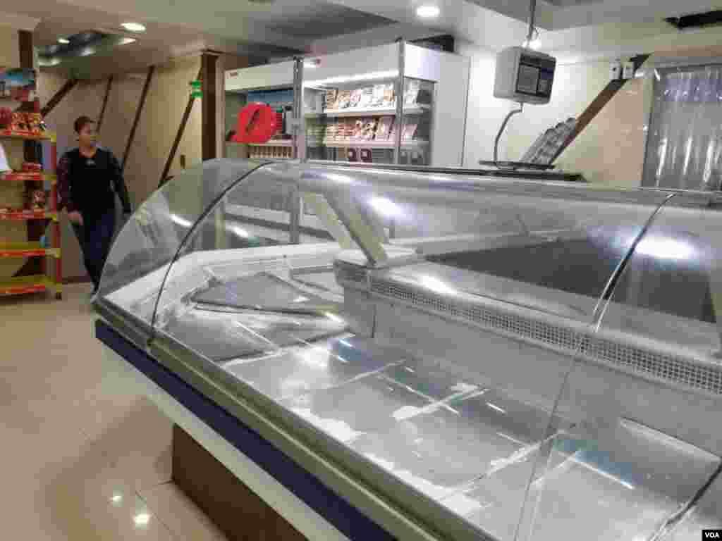 Los dispensarios de venta de carne paran vacíos en súpermercados en Venezuela.