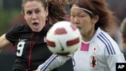A la derecha, la japonesa Mizuhho Sakaguchi y la Estadounidense Heather O´Reilly persiguen la pelota en un amistosoen Cary N.C, mayo de 2011