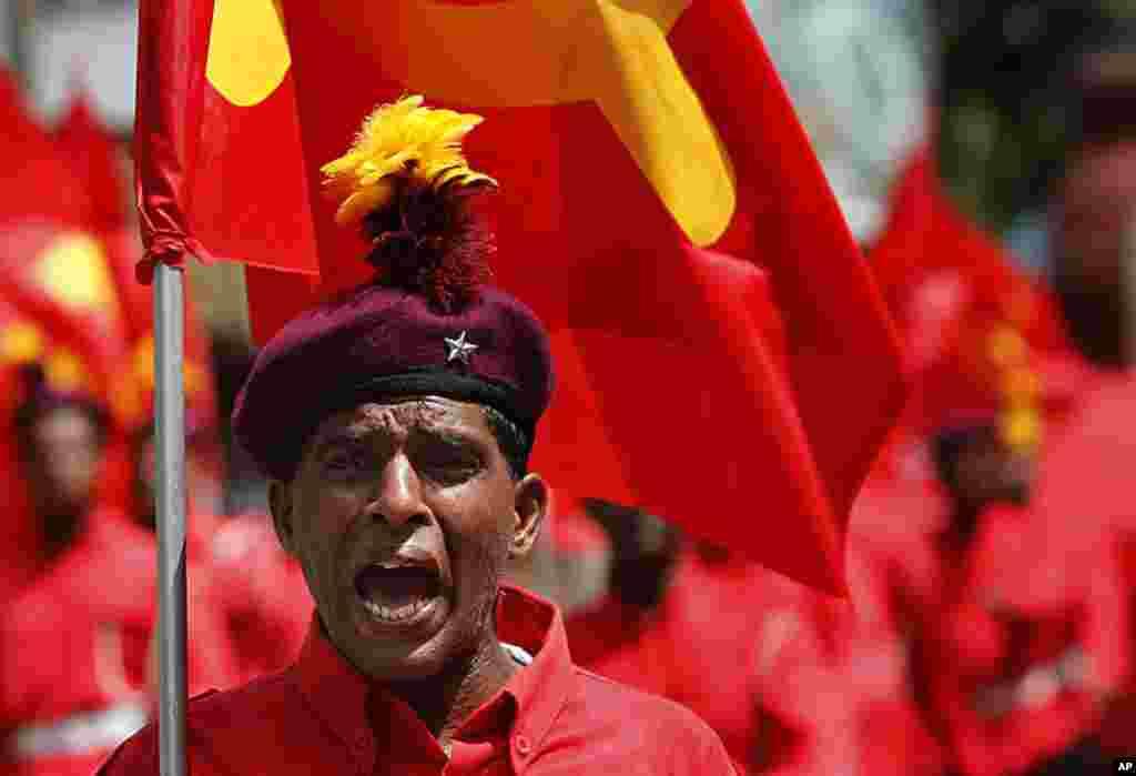 Một nhà hoạt động thuộc đảng chính trị Mác-xít Sri Lanka. Mặt trận Giải phóng Dân tộc hô to các khẩu lệnh trong một cuộc tuần hành trên đường phố để kỷ niệm Ngày Lao động Quốc tế được gọi là Ngày tháng Năm tại Colombo, Sri Lanka, ngày 1 tháng 5, 2012. (AP