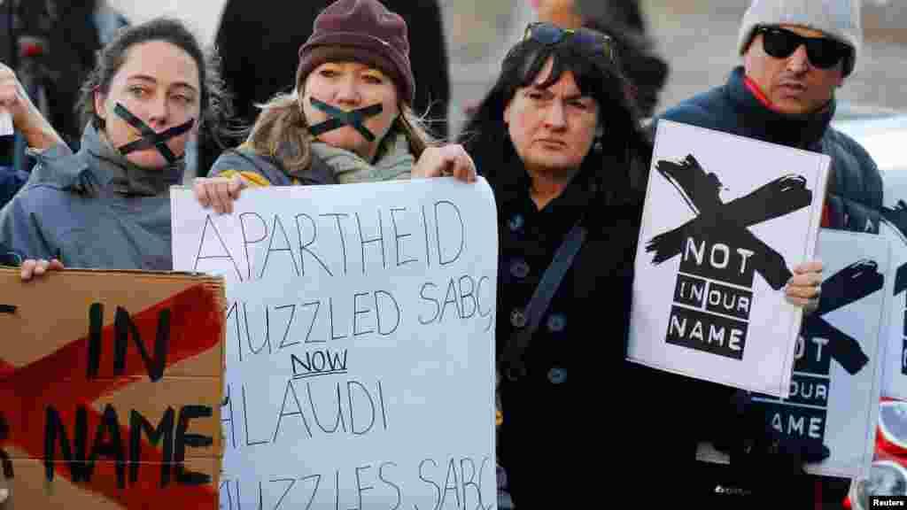 Des manifestations contre la décision prise par le radiotélévision publique, Afrique du Sud, le 1 juillet 2016.