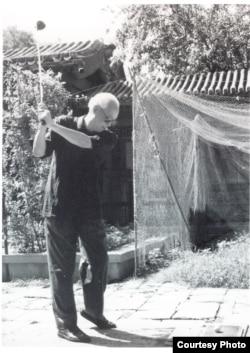 被剥夺了外出打球的权利后赵紫阳在家里打起了小高尔夫球(网络图片)