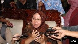 Walikota Surabaya Tri Rismaharini memberi keterangan pers terkait kematian satwa KBS, 10 Januari 2014 (Foto: VOA/Petrus Riski).