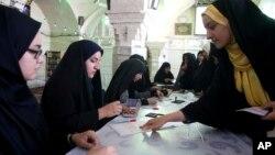 Pemilih Iran memberikan suara dalam jumlah sangat besar dalam Pilpres yang sangat ketat, Jumat (19/5).