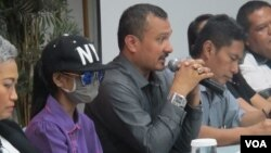 Juru Bicara Masyarakat Peduli Kediri, Ferdinand Hatahaean (tengah), AK (korban) dan sejumlah LSM lainnya dalam konferensi pers tentang pemerkosaan 58 anak oleh pengusaha Kediri, di Hotel Alia, Cikini, Jakarta, Senin (16/5). (VOA/Fathiyah)