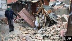 Seorang pria memeriksa kerusakan pasca gempa bumi di Zagreb, ibu kota Kroasia, Minggu (22/3).