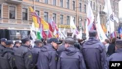 У Большого концертного зала «Октябрьский» на митинге 1 мая 2010г.
