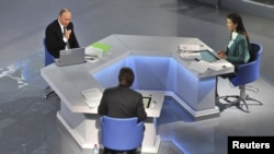 블라디미르 푸틴 러시아 대통령(왼쪽 위) 16일 전국에 중계된 텔레비전 연설에 이어 질문에 답하고 있다.